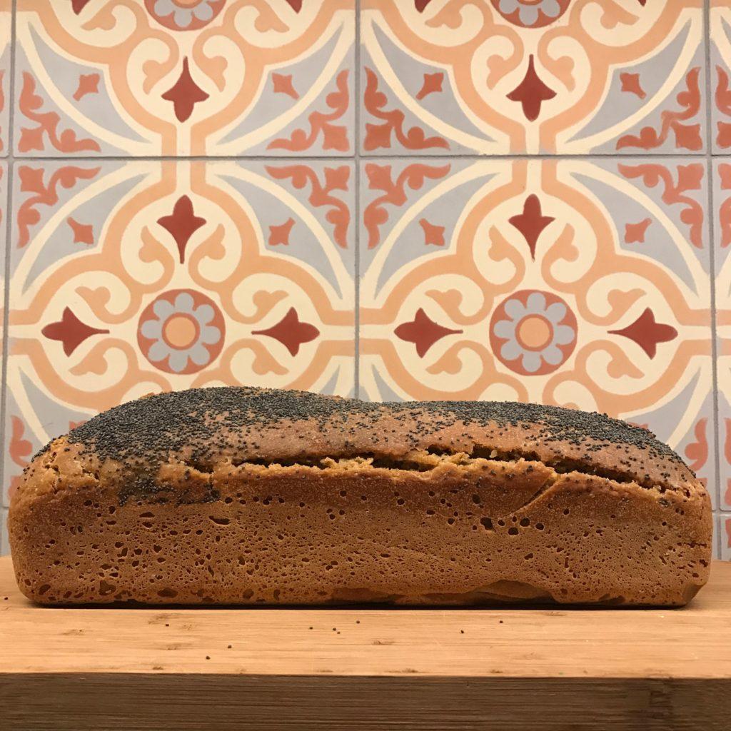 Płytki cementowe i chleb rustykalny i blog