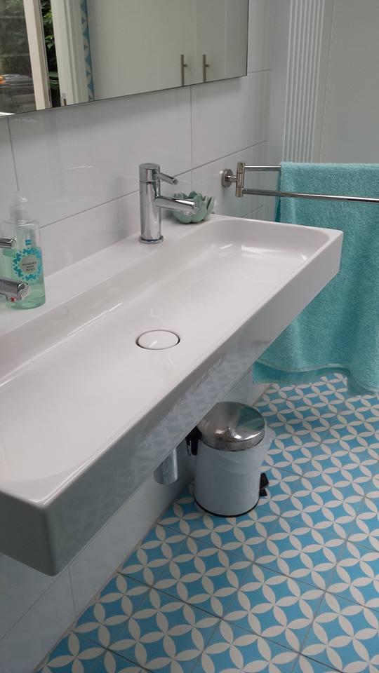 Turkusowe Płytki Cementowe Kolorowy Akcent W Małej łazience