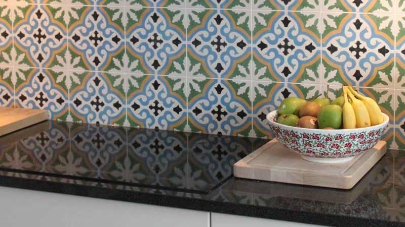 kolorowe płytki w kuchni