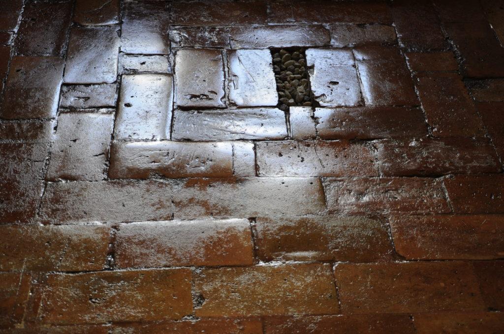 Stara cegła na podłodze
