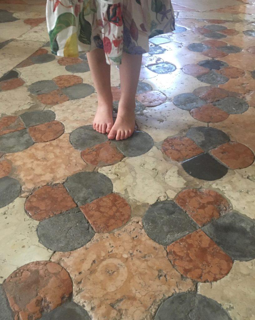 Zwiedzanie kościoła w Weronie z dzieckiem