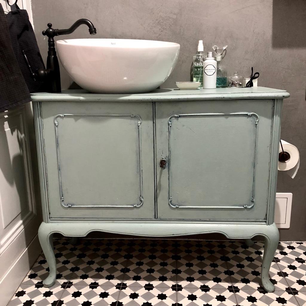 czarno białe płytki do łazienki pod szafką na umywalkę