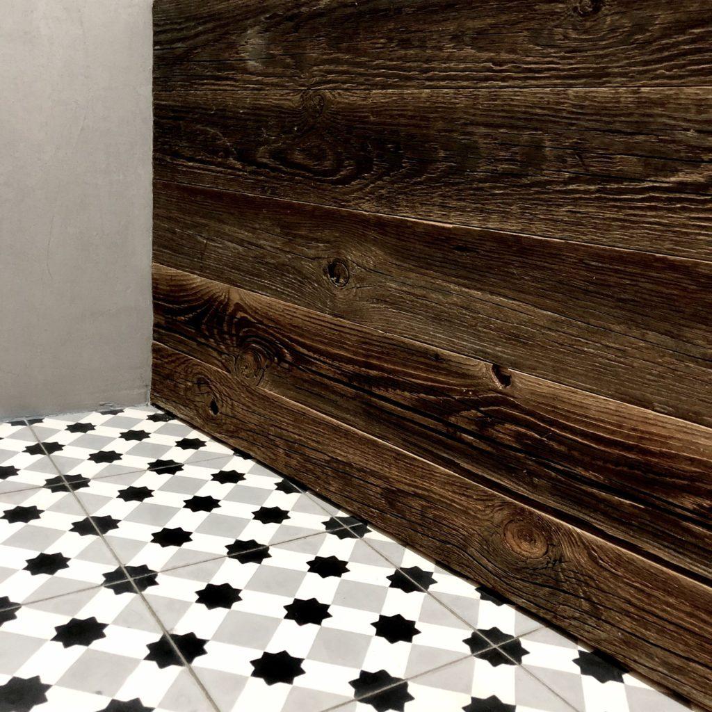 łazienka w stylu vintage z płytkami cementowymi we wzory
