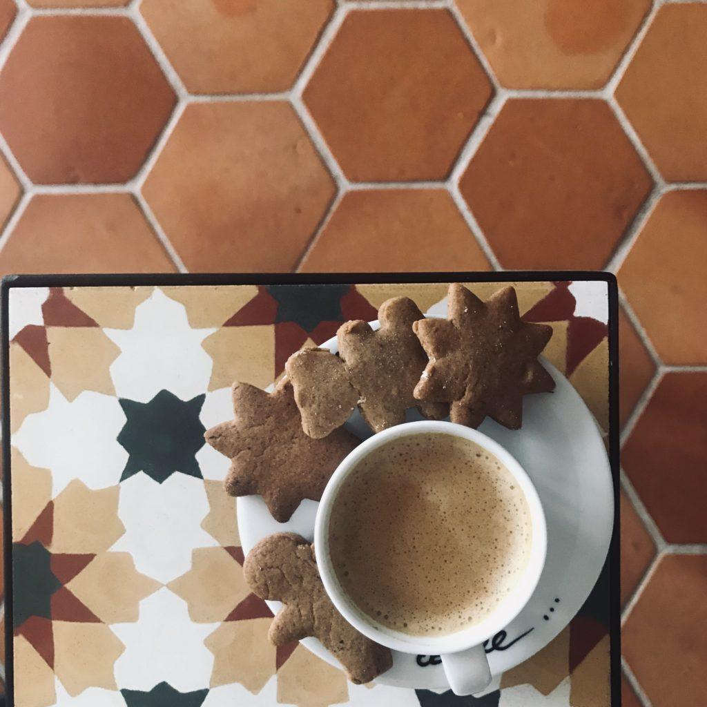 płytki cementowe i kawa