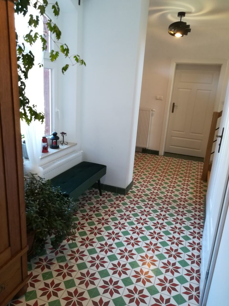 Płytki cementowe korytarz w 100-letnim budynku - po rewitalizacji